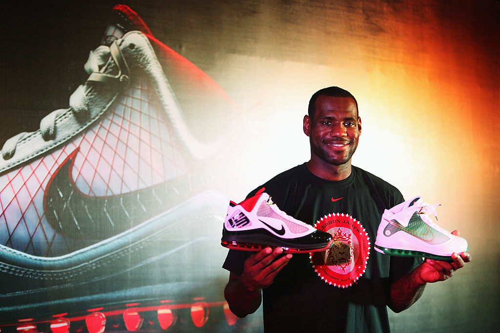 purchase cheap 9fbc9 ed73c Nike signs LeBron to record-breaking lifetime contract