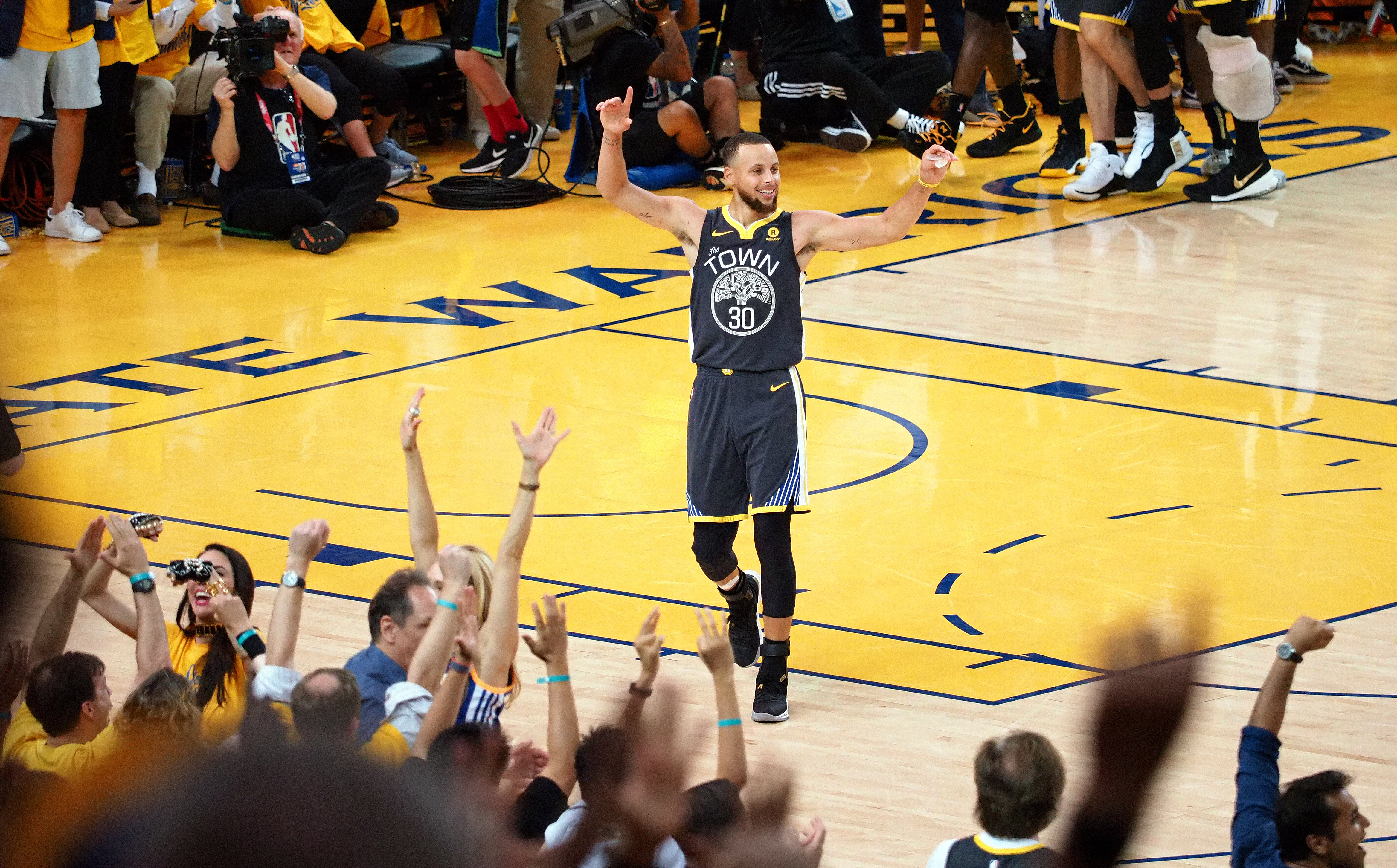 6107eae9120 Steph Curry sinks Cavs with NBA Finals 3-point record and ridiculous  4th-quarter show in Game 2