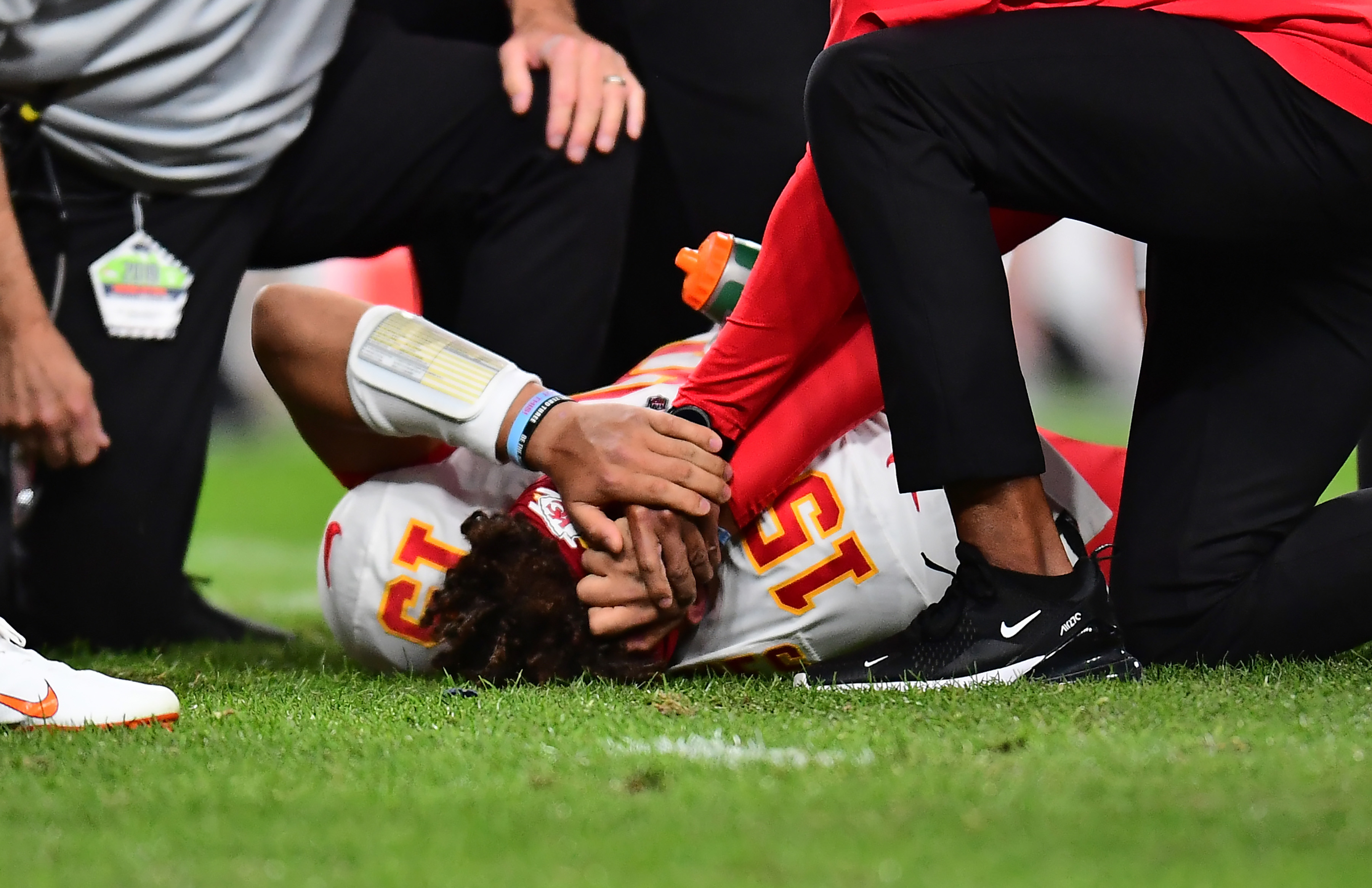 Patrick Mahomes Leaves Chiefs Broncos Game With Knee Injury